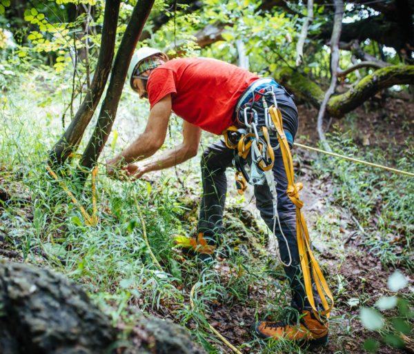 Tying a rope to a tree on the L.A.S.T. – Locate, Access, Stabilize, Transport course